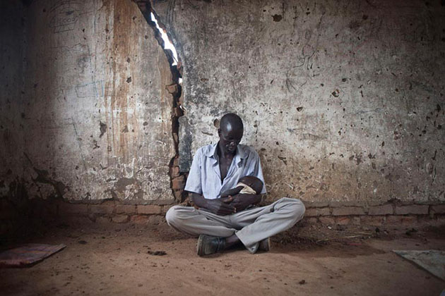Sabrino Mayol and his son Blue, as well as the rest of the family, found shelter in a building next to the church of Mayan Abun in the state of Warrap. They ran away from the fights between the SAF (Sudanese Armed Forces) and the SPLA (Sudan People's Liberation Army) in Abyei.
